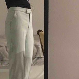 Jättefina Våriga vintage-byxor som jag älskar men nu låter glida vidare då de blivit en aning små. De går ner till fötterna om man är mellan 162-167. Superbra skick<3  Frakt: 39kr