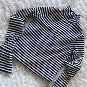 Säljer en randig tröja ifrån NAKD, i ny skick.💗