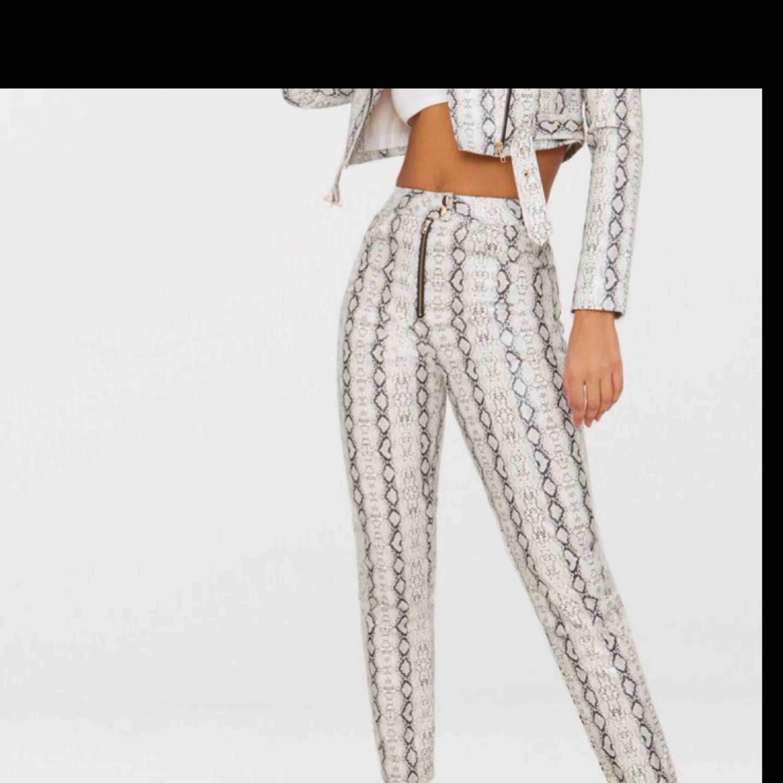 Skitsnygga highwaist snake pants. En av årets hetaste trender! Säljes då dem tyvärr är för stora för mig Aldrig använda med prislapp kvar Nypris 500. Jeans & Byxor.