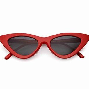 Röda pointy cat eye solglasögon från NA-KD. Fint skick. Fraktar ej men möts gärna upp och betalningen sker via Swish.