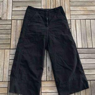 Supersköna culotte-byxor från Weekday! Ser lite för mörka ut på bilderna, är mörkblåa i verkligheten. Har varit favoriter i garderoben men är tyvärr för små, använda men i gott skick. Kan mötas i Göteborg eller köpare står för frakt