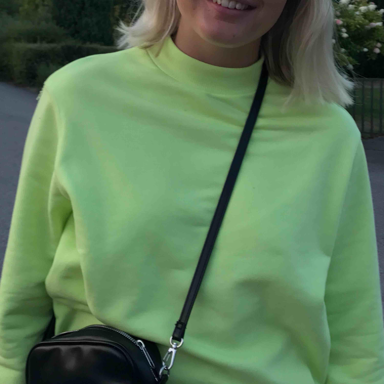 En superfin limegrön/gul tröja med en liten krage! Använd fåtal gånger så i fint skick💛💚. Huvtröjor & Träningströjor.