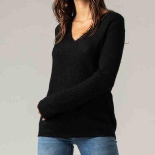 Svart stickad tröja från JC i storlek S. Fint skick, knappt använd. Fraktar ej men möts gärna upp och betalningen sker via Swish.