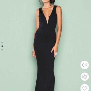 En superfin svart klänning!🖤😍använd endast en gång, jag är 174 cm och klänningen är lite för kort för mig så passar en lite kortare i längden!