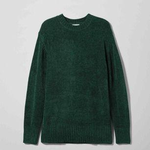 En mörkgrön oversized stickad tröja från Weekday i storlek S. Fint skick. Fraktar ej men möts gärna upp och betalningen sker via Swish.