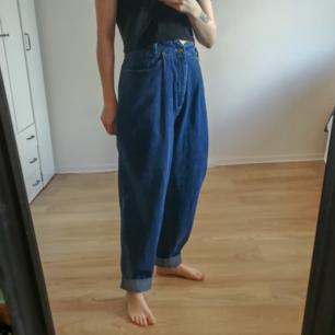 Snygga 90tals jeans med paperbag midja. Lappen säger c38 i storlek. Sitter bra på mig som är w28.  Kan fraktas om köparen står för frakten. Kan mötas upp i Stockholm. Tar swish.