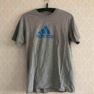 • Adidas tisha, riktigt go på!  • Storlek okänd, sitter som M  • 90% bomull & 10% polyester  • Köpt 2hand, välanvänd med ett litet hål & krackelerat tryck  • + 39kr i frakt eller avhämtning