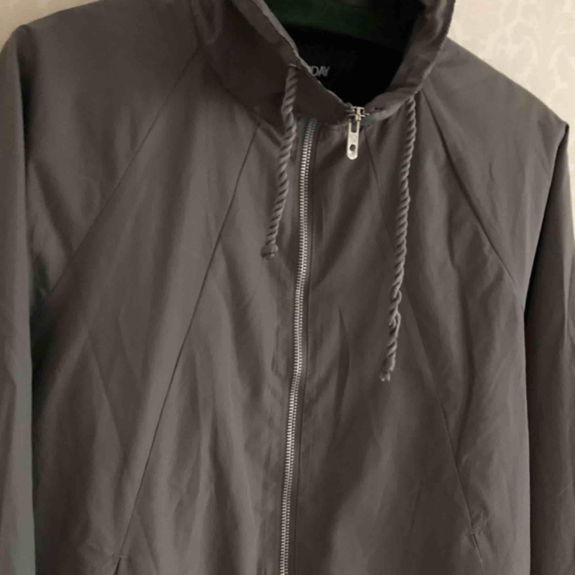 • Basic men riktigt snygg vårjacka! Stilrent i grått, passar till allt.  • Storlek okänd, passar S  • 100% polyester  • Använd & omtyckt, ena snöret har tvinnat upp sig något - annars riktigt fin!  • + 55kr i frakt eller avhämtning. Jackor.
