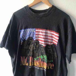 Vintage T-shirt single stitch med tryck. Snyggt urtvättat. Trevligt skick på tryck. Ingen tag kvar men uppfattar den som xxl. Kan hämtas i Uppsala eller skickas mot fraktkostnad