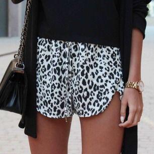 Säljer dessa shorts från h&m, använda någon enstaka gång. Kanten är missfärgad pga brun utan sol, stl xs-s & frakten ingår i priset!