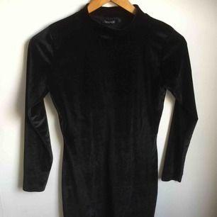 Sammetsklänning köpt på loppis. Kort i modellen. Originally från boohoo. Använd fåtal gånger så i superbra skick!
