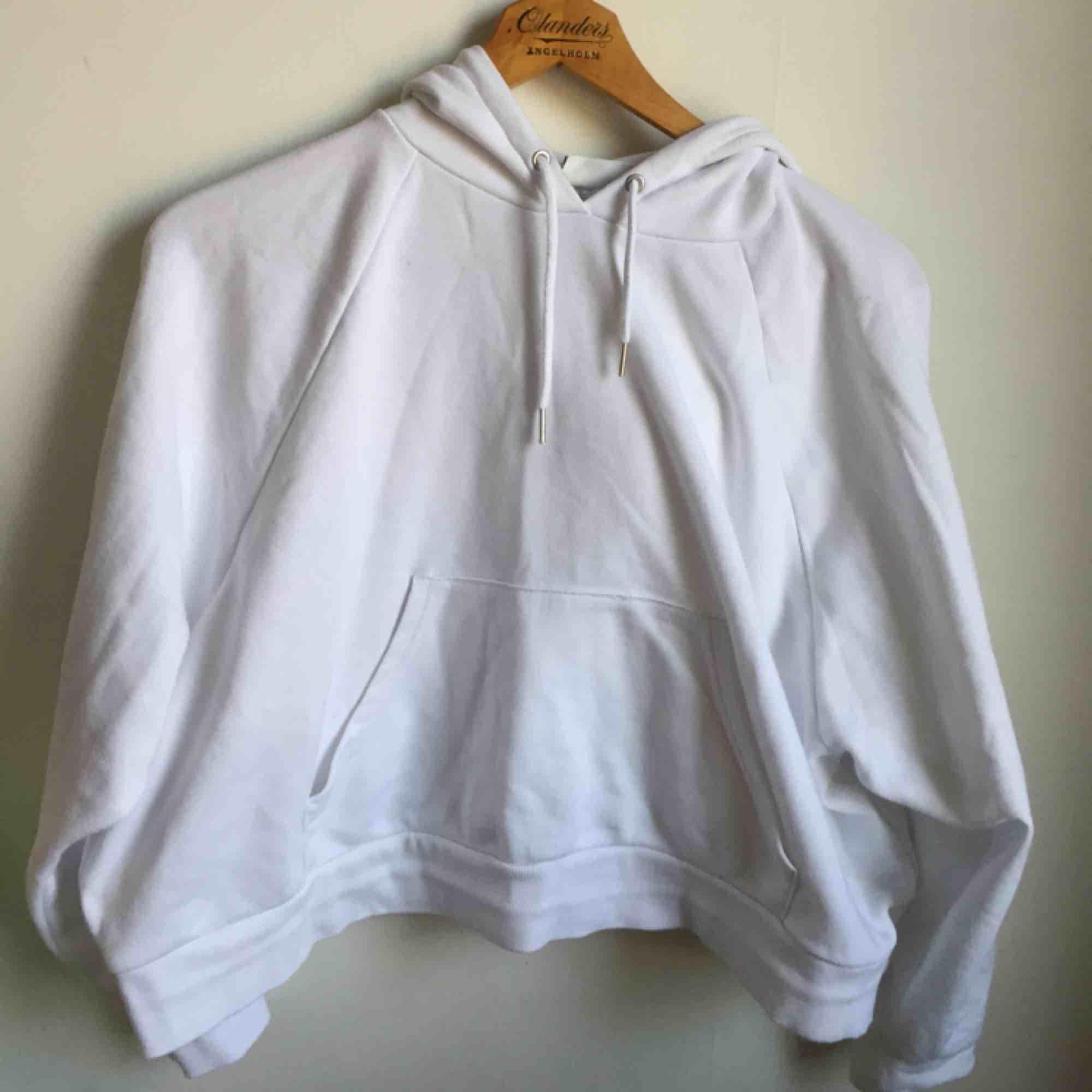 Vit hoodie från Monki i finfint skick! . Huvtröjor & Träningströjor.