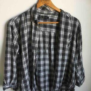 Grårutig skjorta med halvlånga ärmar. Superskönt material och mycket bra skick.