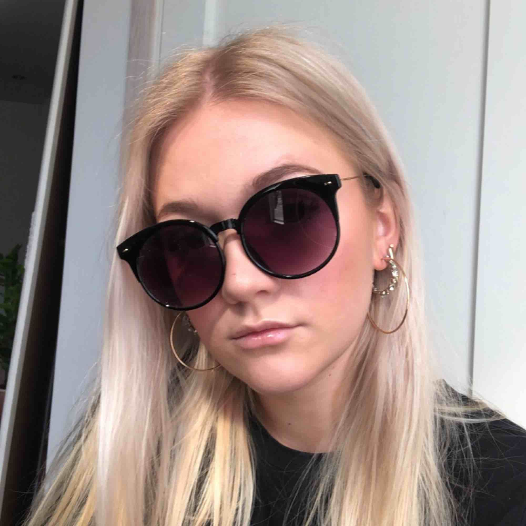 Oanvända unika solglasögon med gulddetaljer 🌞 . Accessoarer.