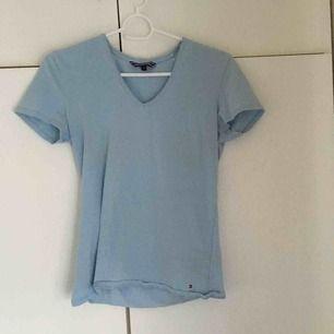 Ljusblå T-shirt från Tommy Hilfiger, nästan aldrig använd storlek XS