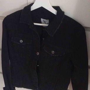 Oanvänd jeans jacka köpt i Paris förra hösten på affären bershka. Aldrig använd, endast testad i butiken