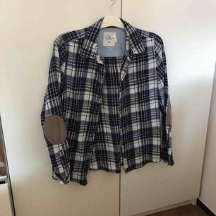 Flanell skjorta med armbågs lappar.