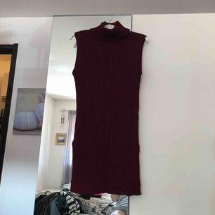 Vinröd polokrages klänning. Som ny, enbart testad. Frakt tillkommer