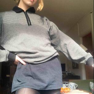 Asbekväm unik oversized tröja köpt second hand. Den är Sweatshirt liknande fast tunnare. Tröjan är svart och vit rutig med en pikékrage + dragkedja. Skriv om eventuella frågor!❤️🥰 (plus frakt)