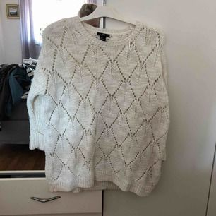 Natur vit glittrig stickad tröja. 3/4 arm  Frakt tillkommer