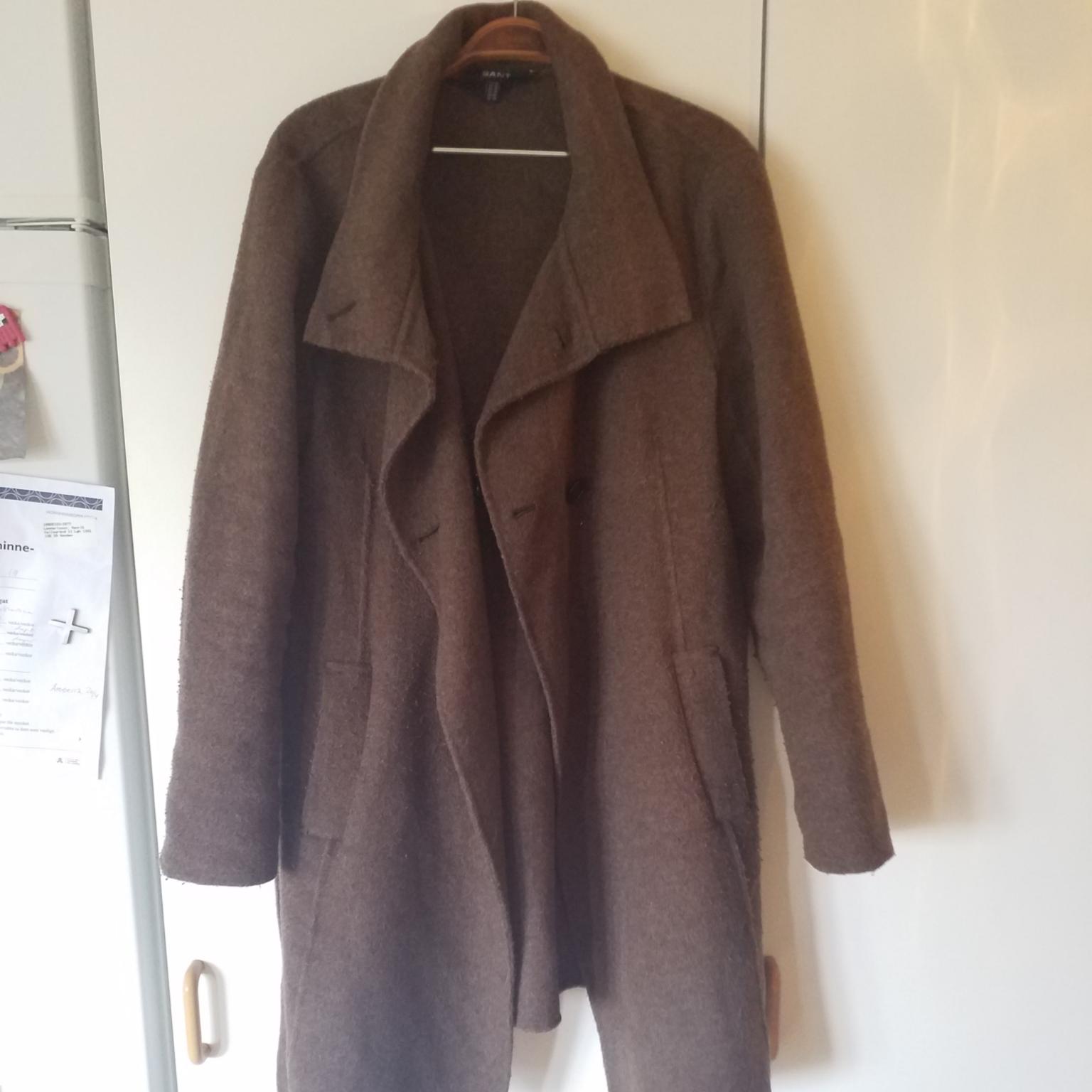Jättemysig kappa från GANT, storlek xl men jag har använt den som oversize (jag har 36/38). Jackor.