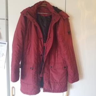 Varm och skön längre jacka, storlek 38 men funkar på mindre och större beroende på hur man vill ha den