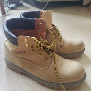 Fina skor i bra skick men med lite skavanker som syns på bilderna, storlek 38