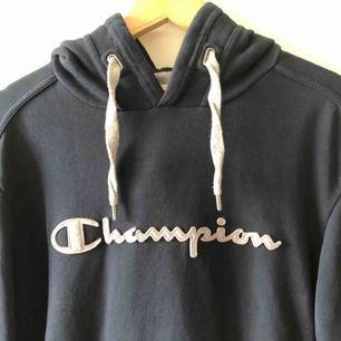 Äldre hoodie från Champion i trevligt använt skick. Embossed logo på bröst. L på lappen men sitter mer som medium. Kan hämtas i Uppsala eller skickas dör 63 sek