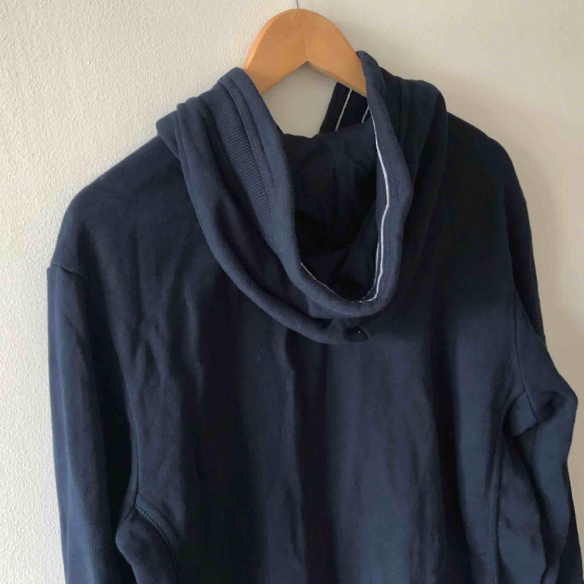 Äldre hoodie från Champion i trevligt använt skick. Embossed logo på bröst. L på lappen men sitter mer som medium. Kan hämtas i Uppsala eller skickas dör 63 sek . Huvtröjor & Träningströjor.