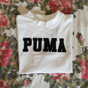 T shirt från puma, supersnygg med detaljer! Fraktas naturligtvis🌼 det är strl XS men jag skulle definitivt säga att den passar dig med strl S också!