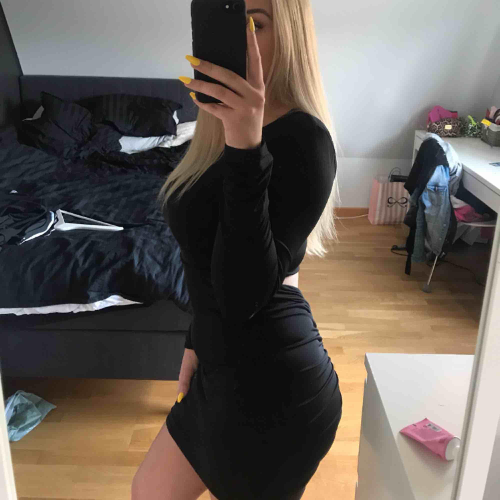 Tight klänning i svart, insydd i rumpisen vilket ger kroppen en fin form i den. Använd ett fåtal gånger. Bra skick! Jätte skön klänning! . Klänningar.