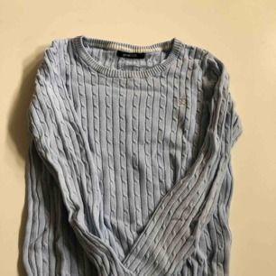 Kabelstickad tröja från ginatricot, på bilden ser den mer grå ut men den är ljusblå och i bra skick, frakt 39kr