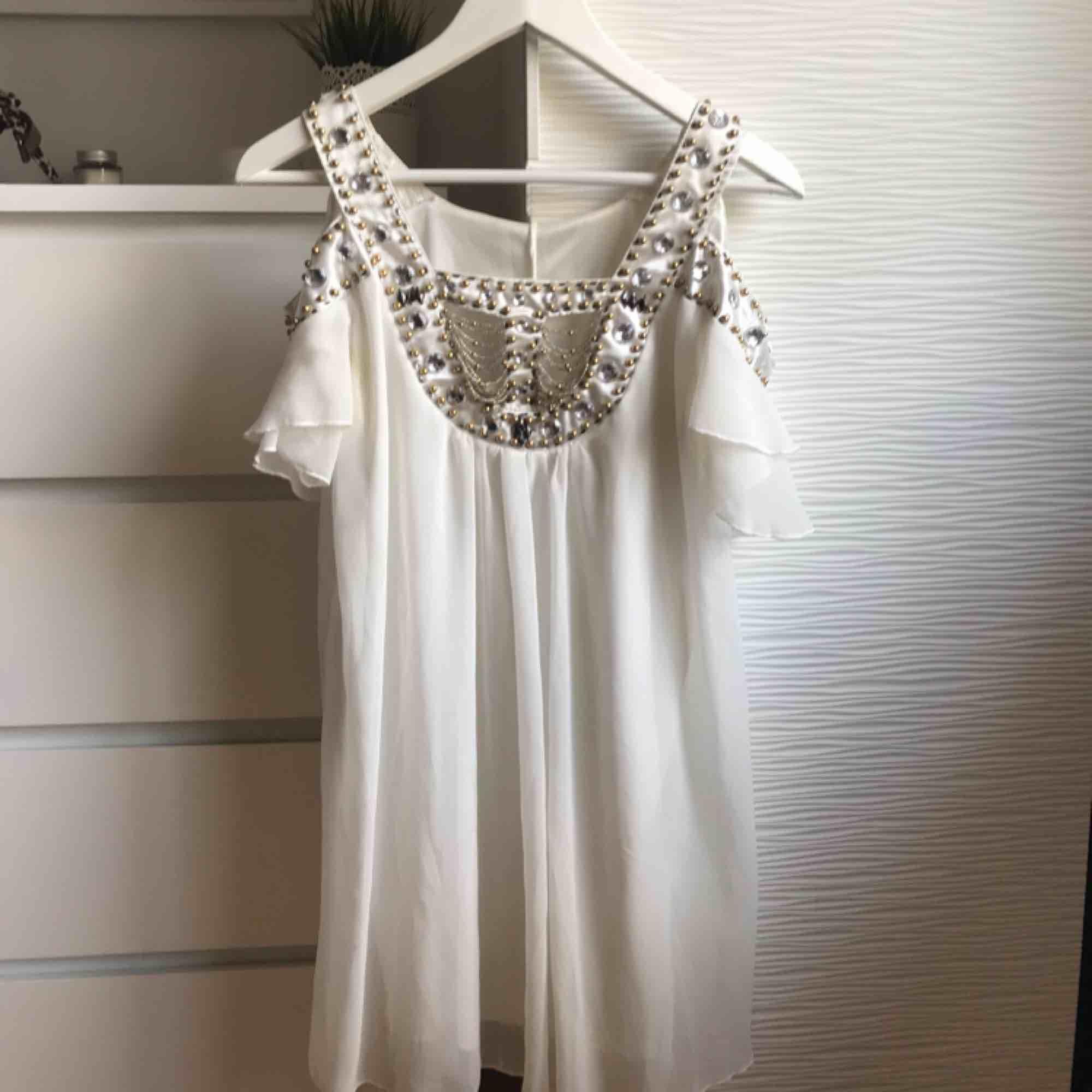 Klänning från Dmretro, köpt för två år sedan men knappt använd! Fint skick, skön och luftig att ha på sig. Perfekt för sommaren! . Klänningar.
