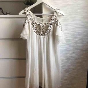 Klänning från Dmretro, köpt för två år sedan men knappt använd! Fint skick, skön och luftig att ha på sig. Perfekt för sommaren!