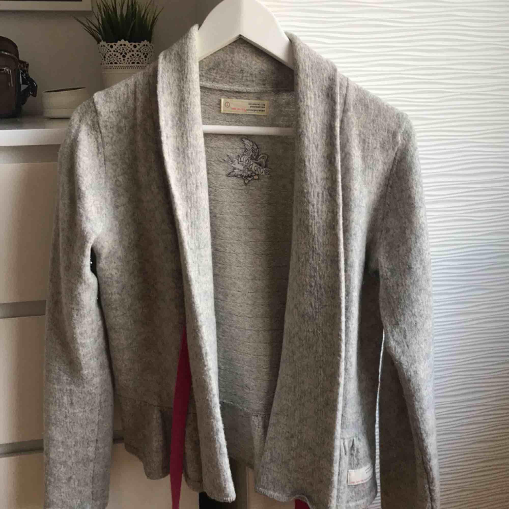 Odd Molly tröja! Väl använd men i väldigt fint skick. Skön och fin att ha på sig, passar till mycket. . Tröjor & Koftor.
