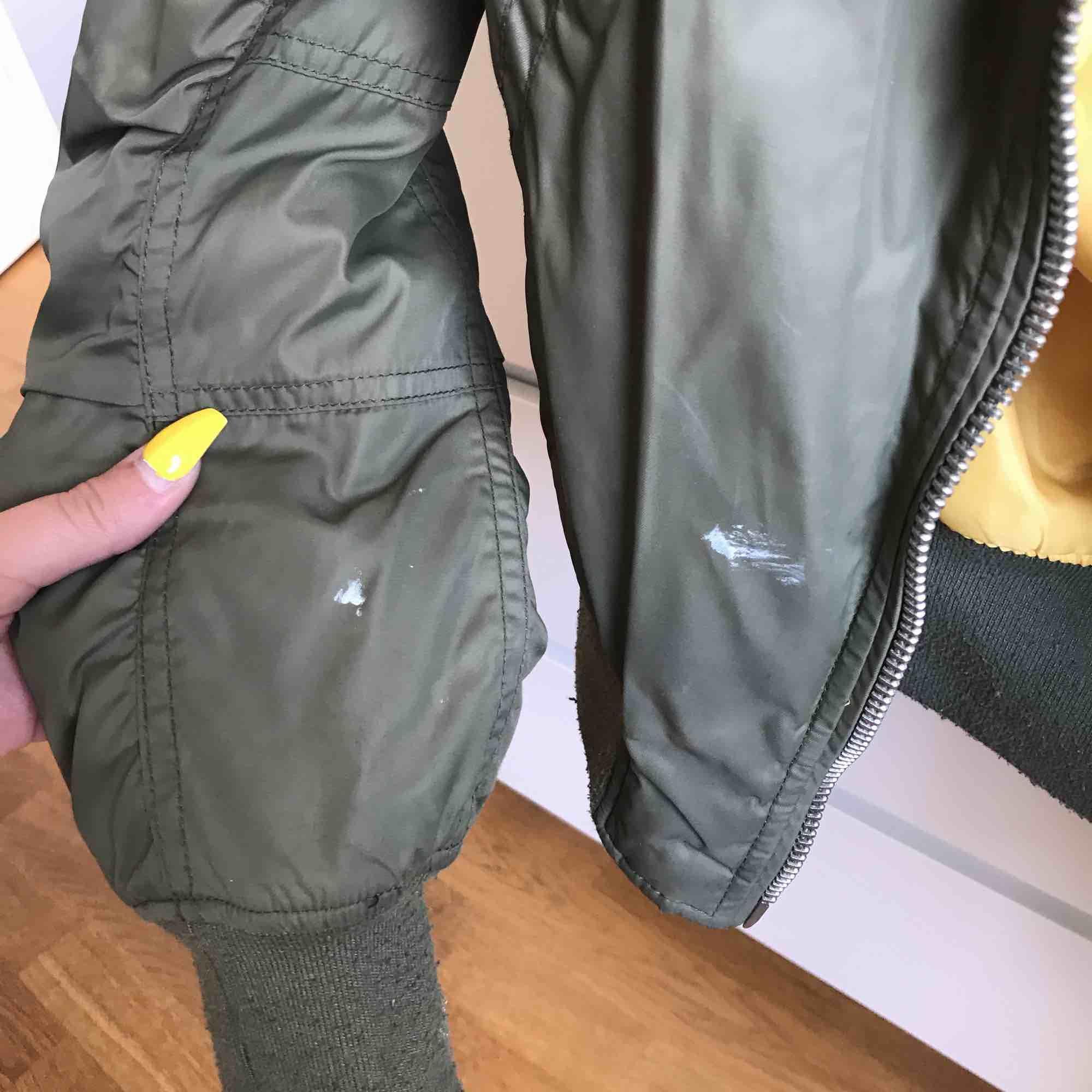 Bomber jacka i militärgrönt med gul insida! Bekväm jacka! Passar bra till våren men även sommaren. Väl använd men fortfarande fin.  Det finns två färgfläckar på jackan (visas på bild tre). Jackor.