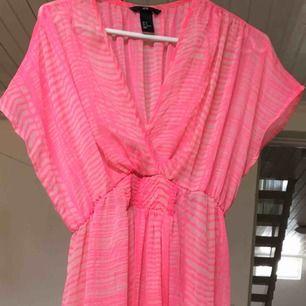 Superfin lång strandklänning från hm, aldrig använd. Frakt 55kr
