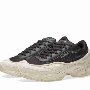 Söker ett par adidas raf simons- ozweego — vet ej vad jag har för storlek i dessa så hör av dig! Gilla gärna så att folk med skorna ser! Vilken färg som helst