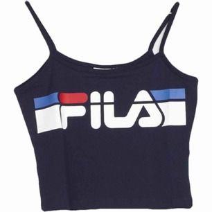 Mörkblått linne från FILA i storlek M. Fint skick, knappt använt. Fraktar ej men möts gärna upp och tar endast Swish.