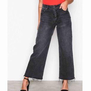 Svarta jeans från Cheap Monday i storlek W30/L32. Korta i modellen och rå kant nedtill. Fraktar ej men möts gärna upp och betalningen sker via Swish.