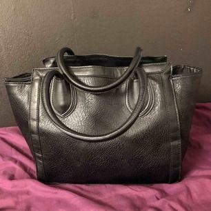 Fin svart länder väska. Finns i västerås att hämta eller kan skicka den och köparen står för frakten.  Sökord: väska, handväska, svart, stor väska, länder väska.