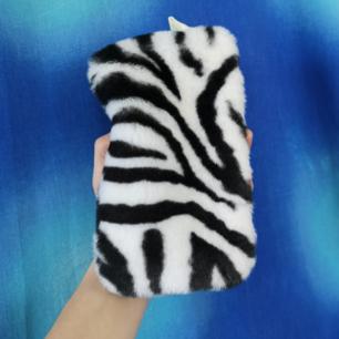 Skitsnygg necessär, går att använda lite hur man vill, plånbok eller sminkväska kanske? Mäter cirka 11 cm på höjden och cirka 19-20 cm på längden. Inga fläckar eller liknande inuti och med dragkedja som stängning. Har också en flärp på sidan där man skulle kunna sätta dit ett band eller en kejda. Frakten för denna ligger på 18 kr, samfraktar gärna! 👍☺️ (mer fraktkostnad kan tillkomma vid köp av flertalet varor)
