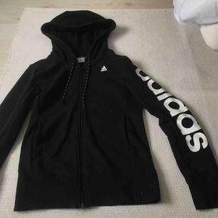 Hoodie från Adidas. Använd en gång så i väldigt fint skick. Frakt tillkommer! 🌹