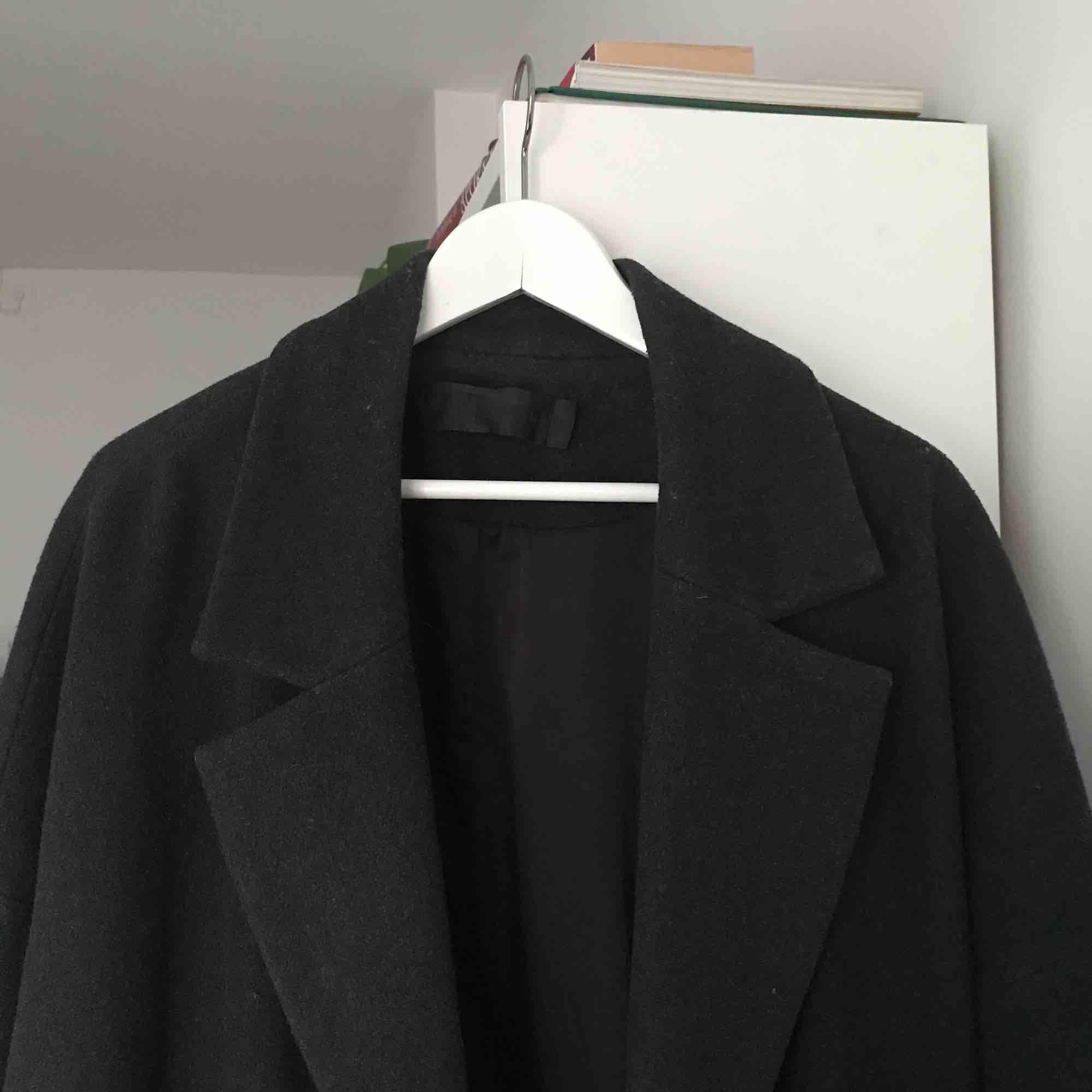 Mörkgrå kappa i ullmix med trekvartsärm. Jackor.