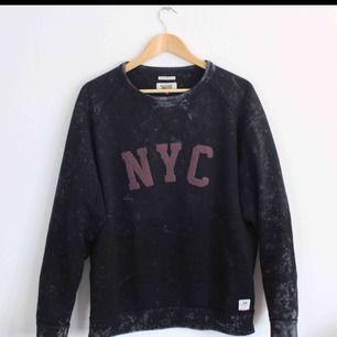 Stonewash Hilfiger Denim sweatshirt i fint skick(8/10). Inköpt för 1000kr