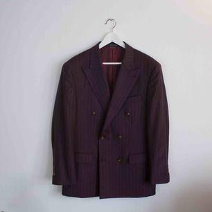 Dubbelbröstad Indochino kostym i lila(plommon). Storlek 52 Nypris 800 dollar, köpt för 369 dollar