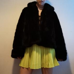 Neongul/limegrön plisserad kjol från American Apparel i Stl M. I fint skick, knappt använd. Snygg till fluffig pälsjacka, magtröja och chunky skor! Frakt 39 kr.