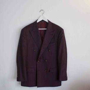 Säljer en plommon färgad Indochino kostym. Nypris är 800$, jag köpte kostymen på rea för 369$. Det är en dubbelbröstad kostym med vita pinestripes. Kostymen är aldrig använd