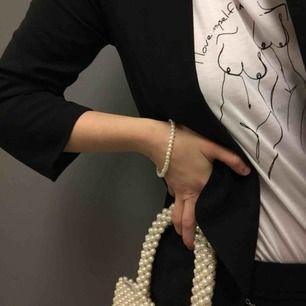 Handgjorda armband med pärlor i olika färger. Det är inte stretch, så man kan behöva rulla på armbandet över handen. Olika storlekar på varje armband, kan mätas vid intresse!  49kr styck, fri frakt!