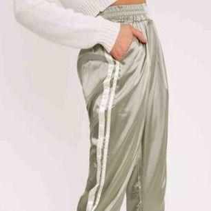Lätra byxor med vita ränder i luftigt material silkesgrön färg. Höga i midjan! Snygga till allt! Aldrig använda